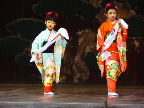 Yasukuni Shrine girls dance